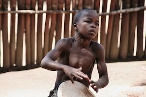 Trommelnder Junge - Traumreisen Südafrika