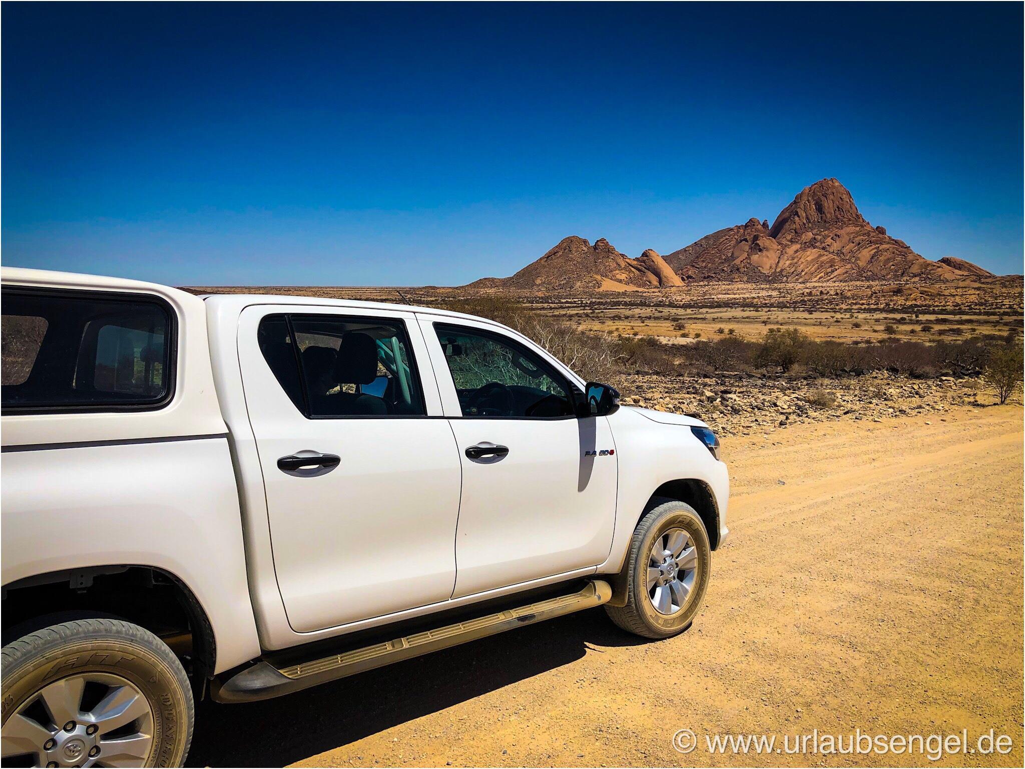Toyota Hilux vor der Spitzkoppe - Von Windhoek nach Swakopmund