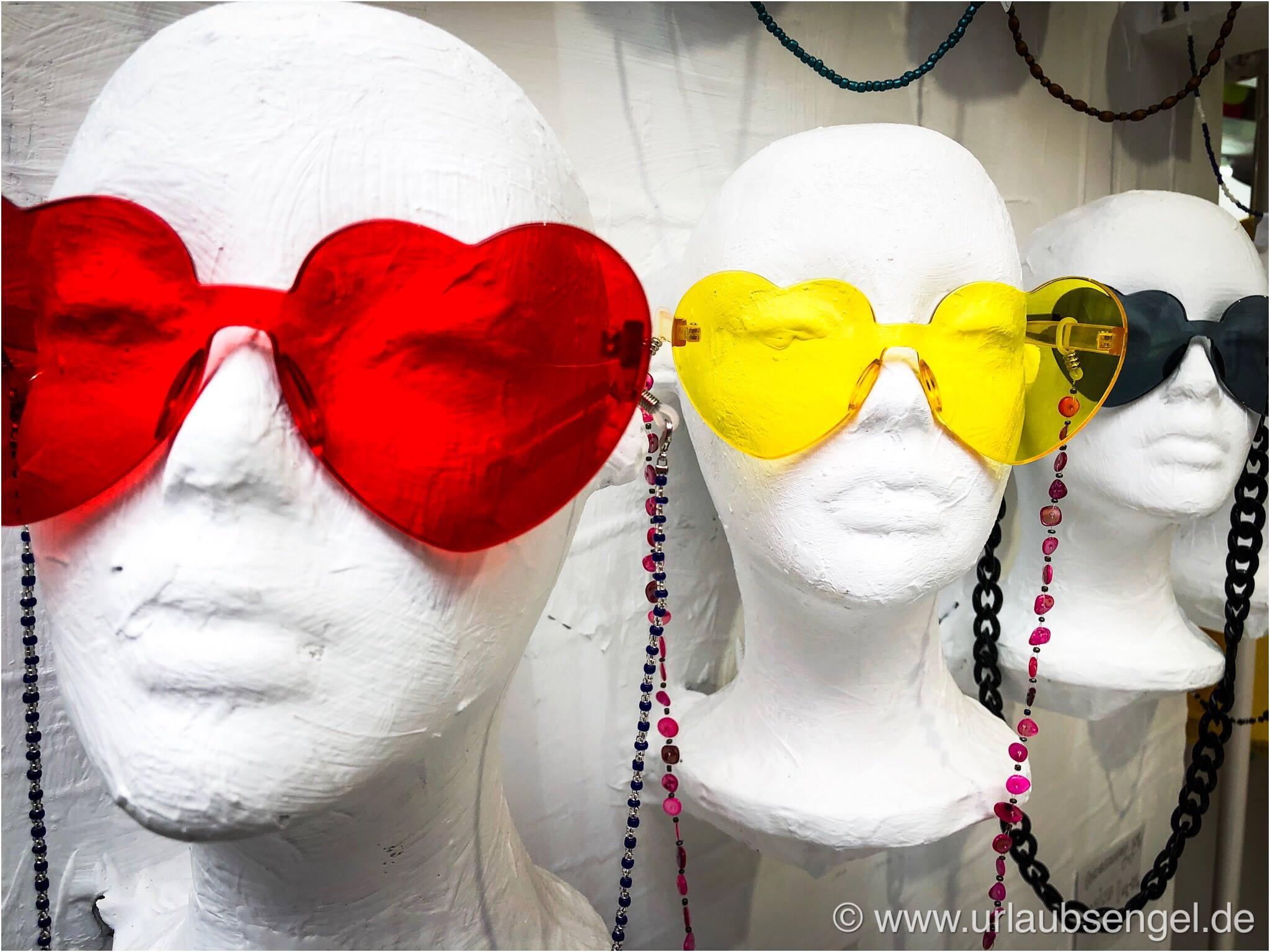 Abgefahrene Brillen im Hippieladen in Ibiza-Stadt