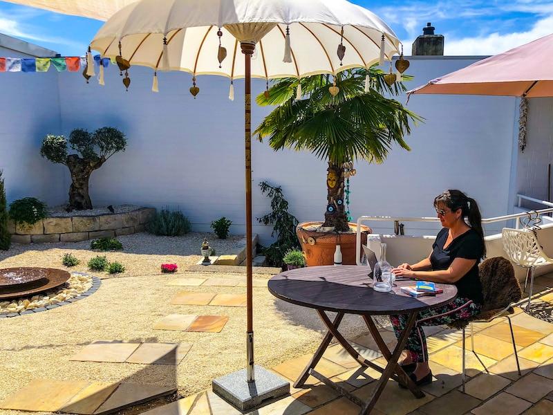 Beratung im Innenhof der Reiseagentur Urlaubsengel - Ihr Reisebüro in Weinheim