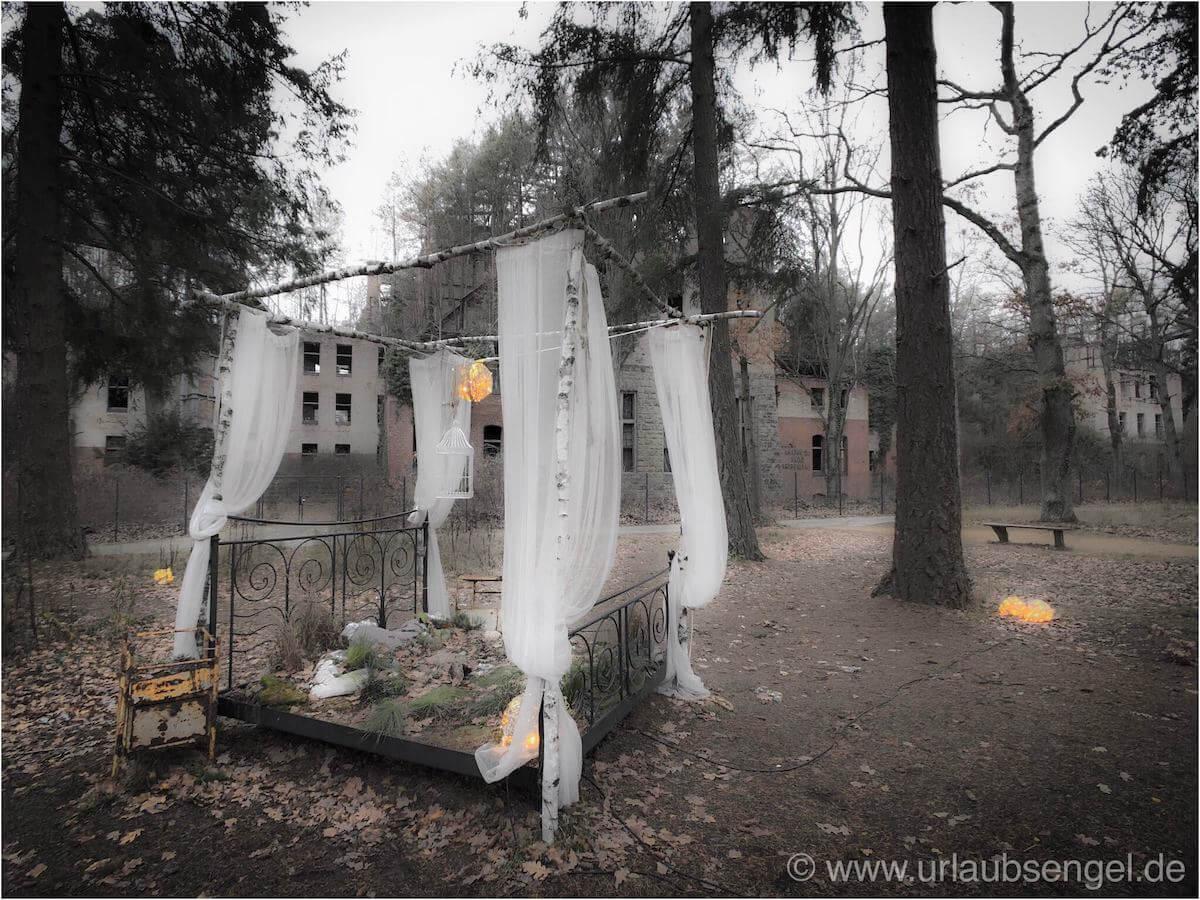 Bett im Garten der Beelitz Heilstätten