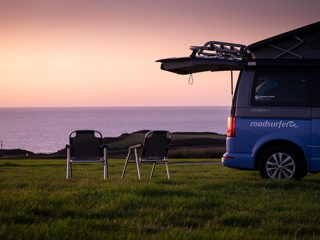 Roadsurfer Camper am Ufer - Corona Urlaub zu zweit
