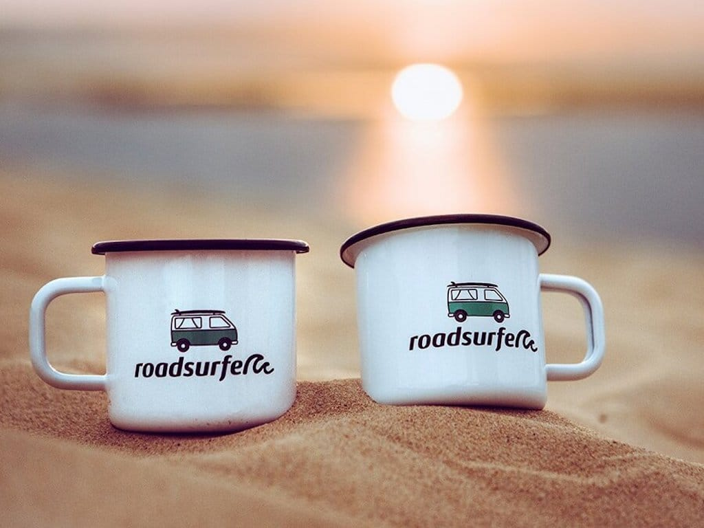 Zwei Tassen am Strand - Corona-Urlaub mit Roadsurfer