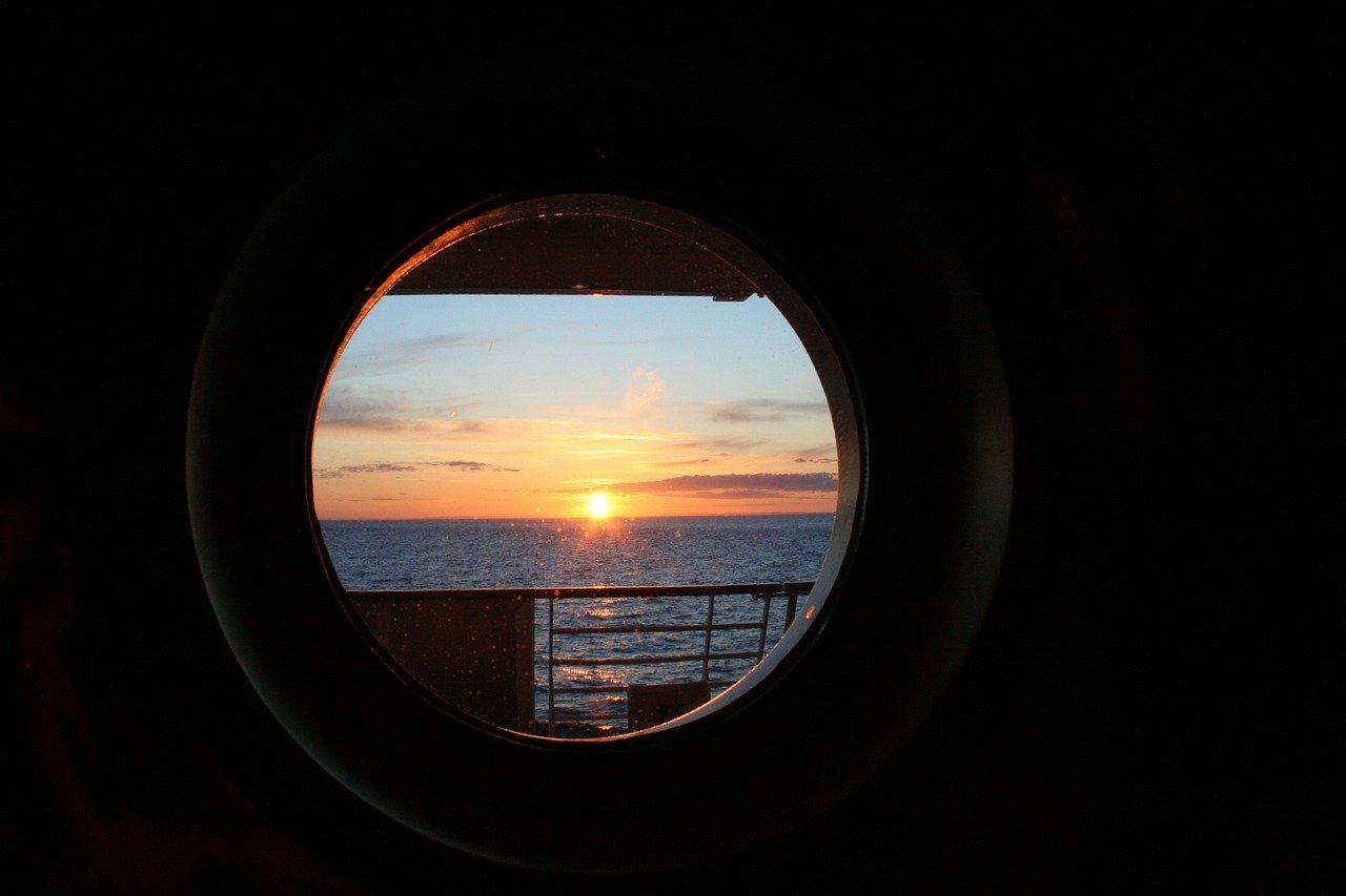 Blick durchs Bullauge auf das Meer - Kreuzfahrten mit Urlaubsengel