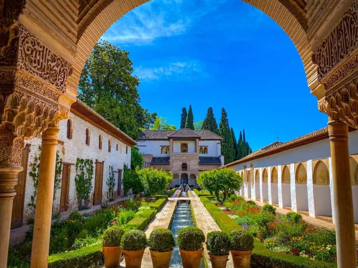 Wasserspiel in den Gärten des Generalife   Alhambra   Reiseagentur Urlaubsengel